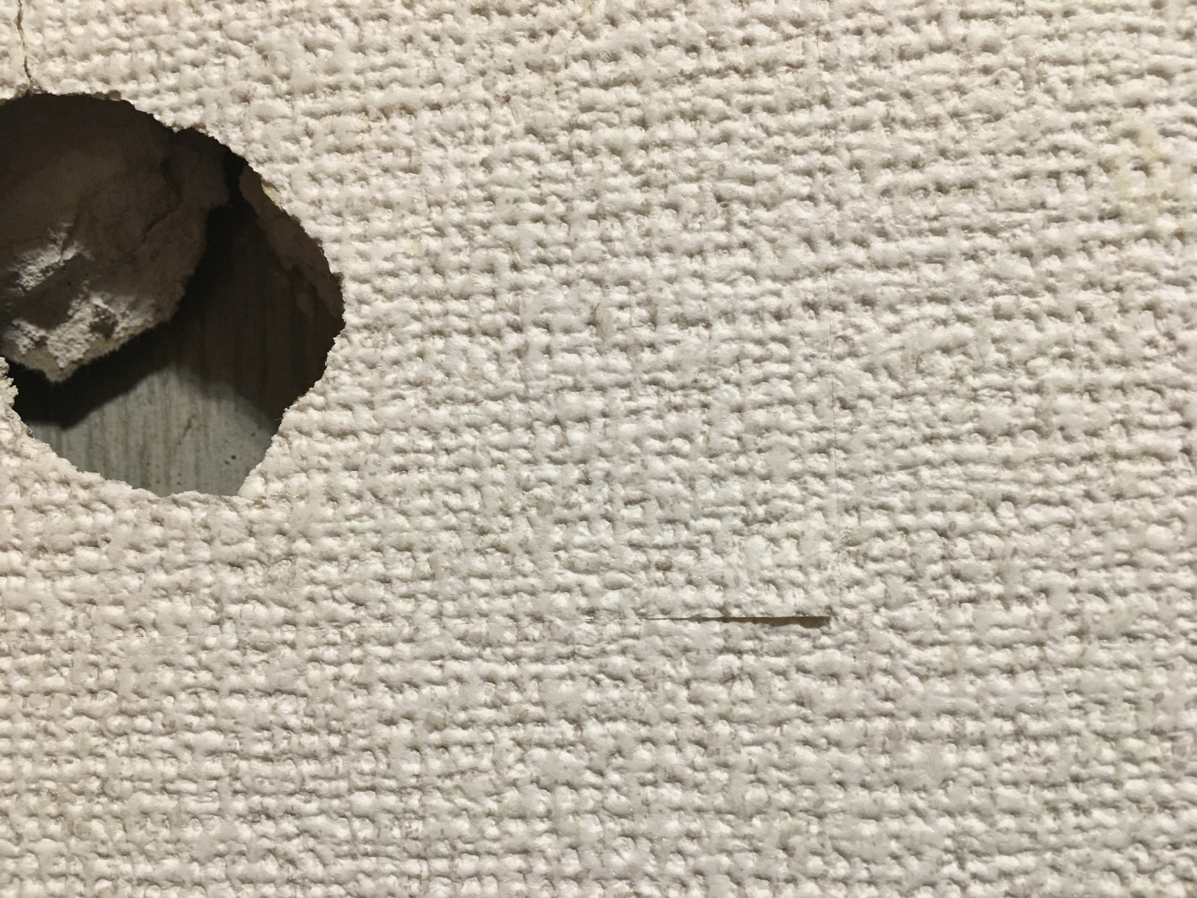 壁の穴を格安で自分で修理 初心者でもできる簡単作業 しまうまの